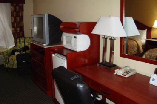 Comfort Inn: tv, microwave, fridge, desk (the armchairs were a tad too high to fit properly under the desk)