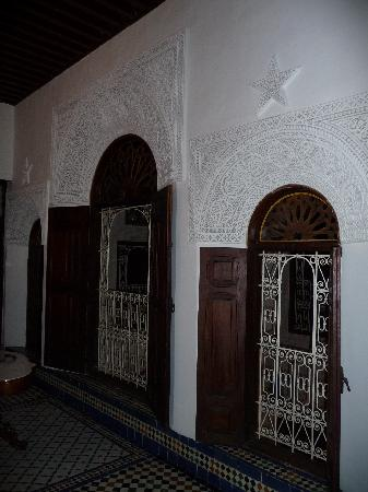 Riad Boujloud: Les fenêtre de la chambre sur le patio