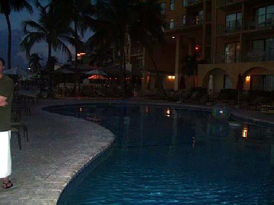 Grand Cayman Marriott Beach Resort: pool at night