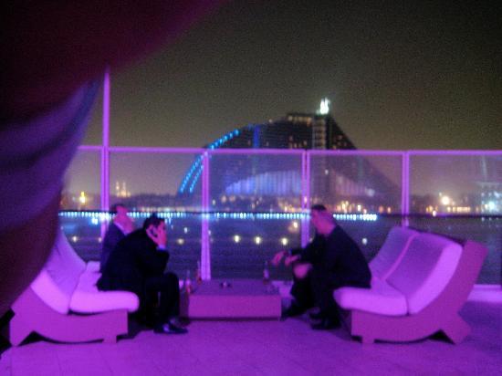 360 Degrees : Sofas auf dem 360 bei Nacht - im Hintergrund sieht man das Jumeirah Beach Hotel!