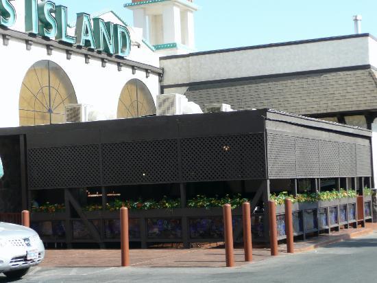 Ellis Island BBQ: OUTSIDE BBQ DINING AREA
