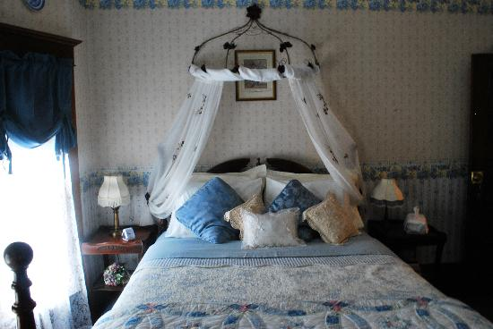 The Marmalade Cat Bed & Breakfast: blue bedroom