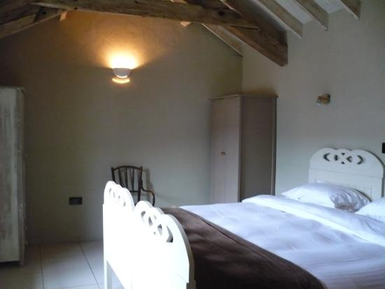 Limepark Arts Center & Cottages: Comfy bedroom with shutters for complete darkness/great sleep