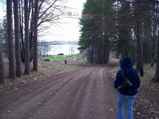 The Timbers Resort: Look down the main road tot teh lake