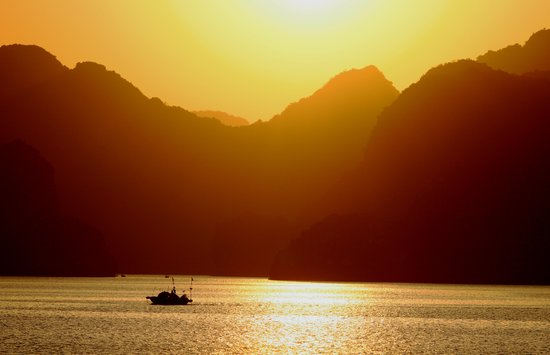 Hanoï, Vietnam : Sunset in Halong Bay
