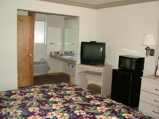 Americas Best Value Inn- Ukiah : Sink, tv, fridge and microwave at Vagabond Inn Ukiah