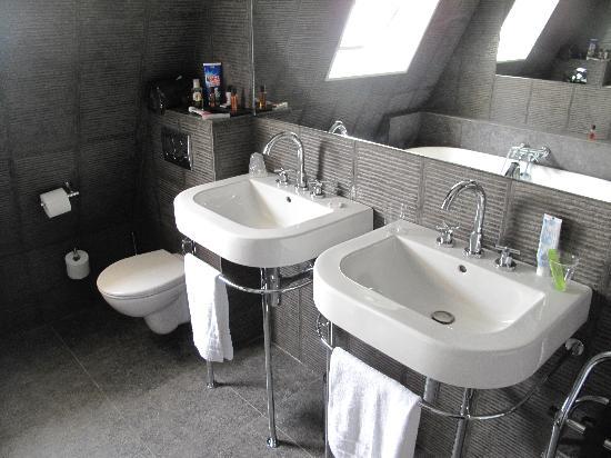 Neuilly-sur-Seine, فرنسا: Room 136 Bath room