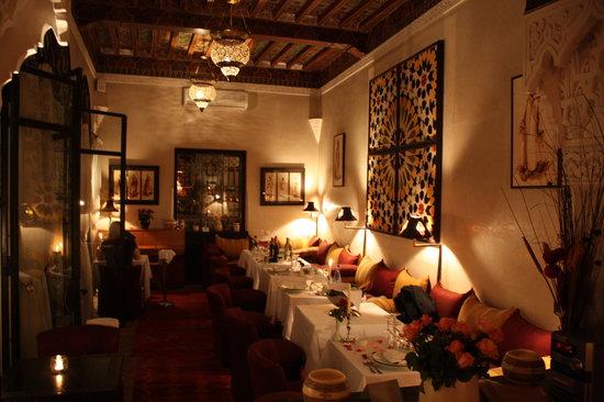 Restaurant Riad Monceau : On était installé à droite en dessous de l'objet dart de Mme Aubry