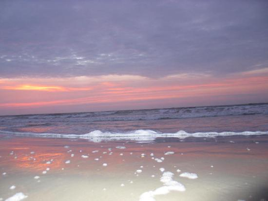 Atlantis Inn: Sunrise On the Beach - Tybee