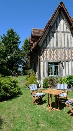 La Chaumière : Hotel side garden