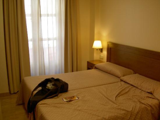 Granada Centro Hotel: Room : bed & balcony