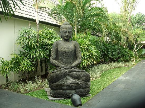 The Breezes Bali Resort & Spa: Buddha statue at entrance to Buddha Bar