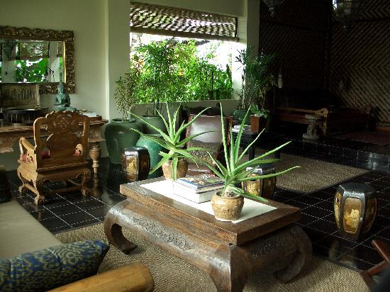 The Breezes Bali Resort & Spa: Lobby lounge antique furniture