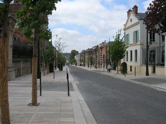 Parva Domus  - Famille Rimaire : Avenue de Champagne, right out the front gate!