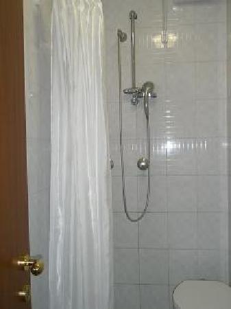 San Giuseppe Della Montagna: Shower is functional