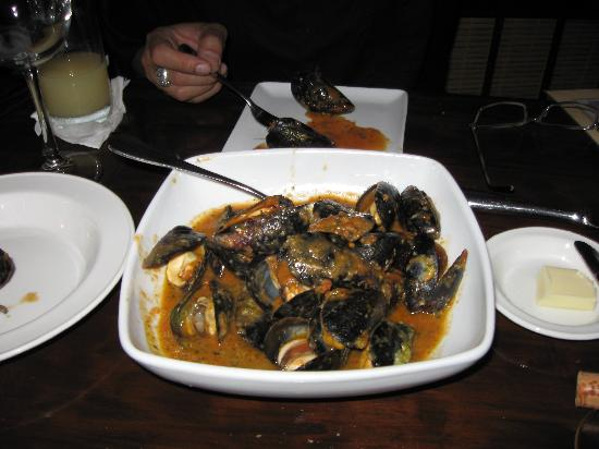Mario's Bistro: mussels in tomato sauce
