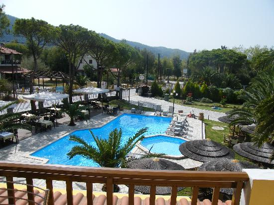 Hotel Vergos: View of the pool and terrace from our balcony