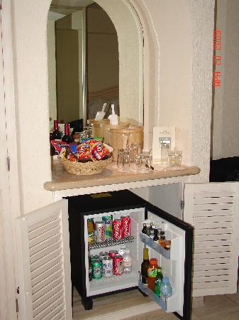 Grand Fiesta Americana Coral Beach Cancun: Minibar/Snacks Station