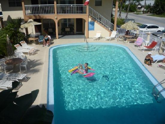 Echo Sails Motel: Pool mit Dusche