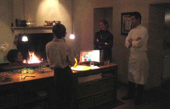 Hotel les Deux Ponts : Chatting by the fireplace with the proprietors