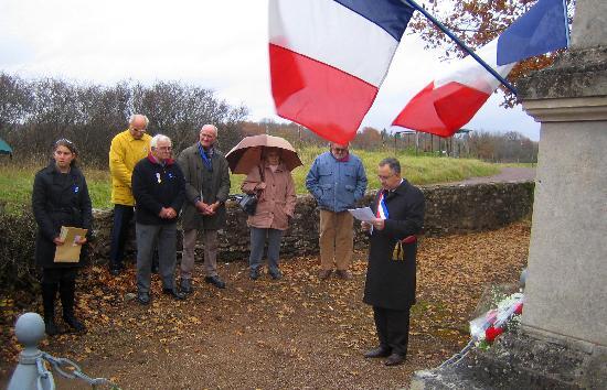 Hotel les Deux Ponts : Armistice day memorial (great sash!)