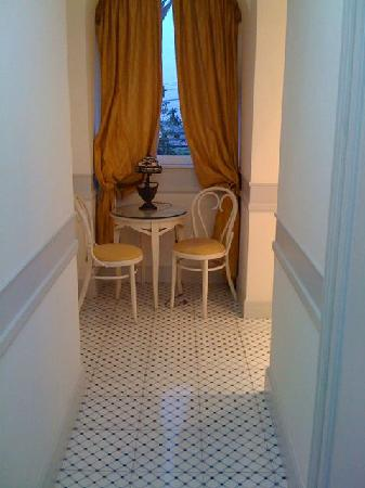 Hotel Excelsior Parco: Hallway with table and 2 chairs.