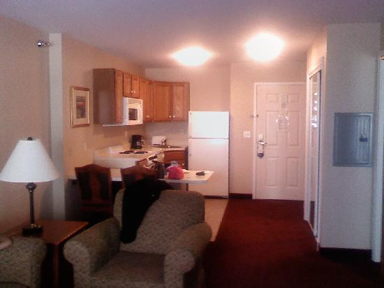 Holiday Inn Express Hotel & Suites White River Junction: Fully Equipped Kitchen Area