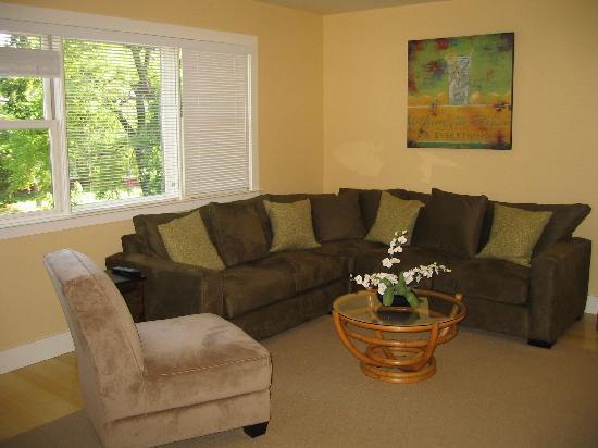 Auberge Sonoma: Upstairs family room