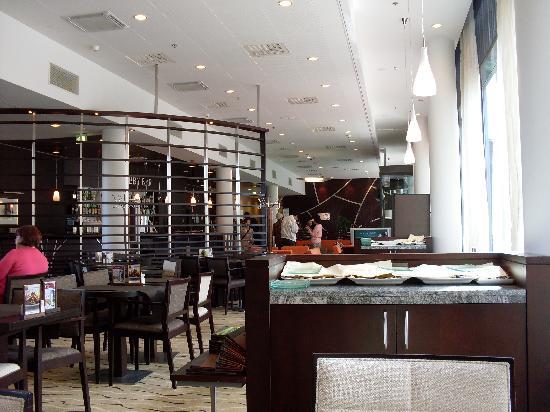 Holiday Inn Helsinki West-Ruoholahti : View from restaurant through bar area to lobby / reception.