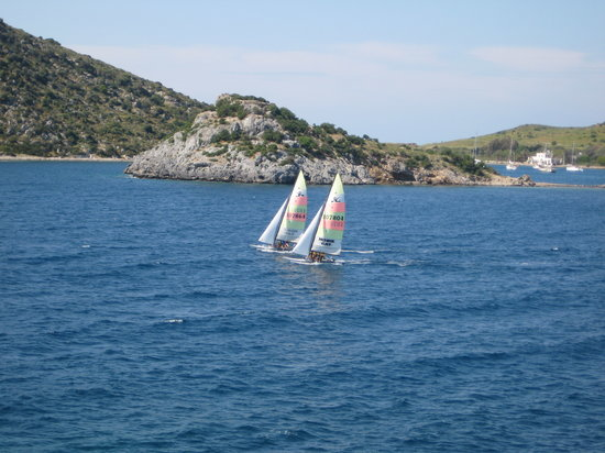 Gümüslük, Türkiye: Sailing by the island