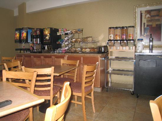 Best Western Plus Manhattan Beach Hotel: 24 hour beverage center