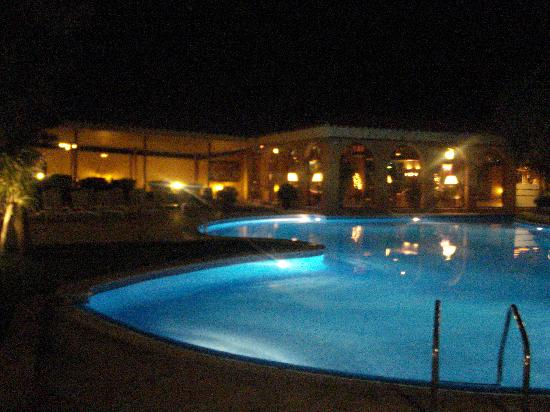Hotel Luna Club: pool at night