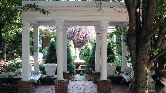 Buxton Inn: gardens