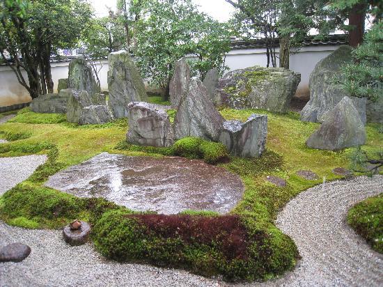 Mirei Shigemori Residence: 雨に濡れた大きな石が綺麗でした