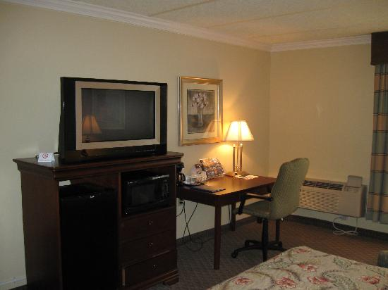 BEST WESTERN PLUS Burlington: Large TV and work desk