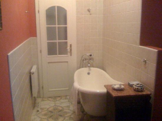 Bohemia Plaza Residence: bathtube in bedroom - in front of bathroom