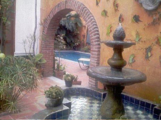 Casa Tlaquepaque Hotel-Galeria: Courtyard 3