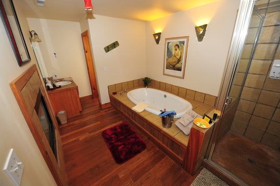 Circle S Guest Ranch and Country Inn: Jacuzzi Tub