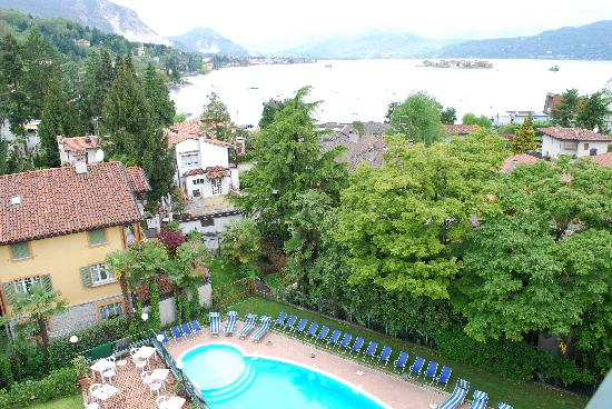 Hotel Flora - Stresa : View from terrace over looking the pool