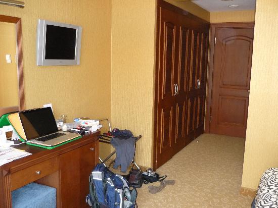 Hotel Mina: wardrobe area room 405