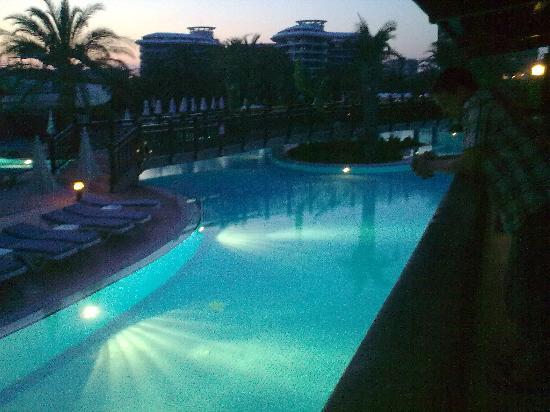 Liberty Hotels Lara: pool at night