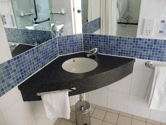 Holiday Inn Express London-Newbury Park: Bathroom