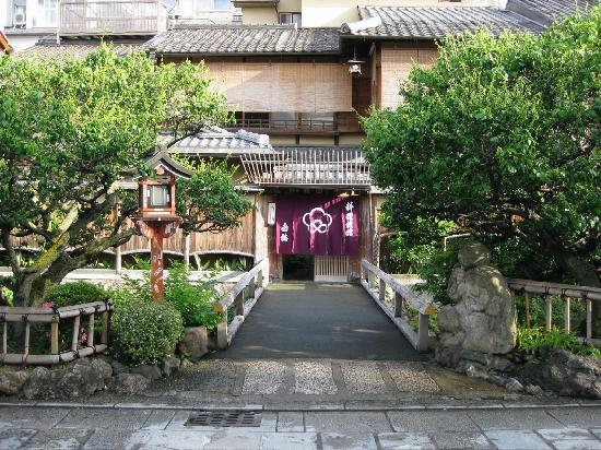 Shiraume: The front entrance of the ryokan