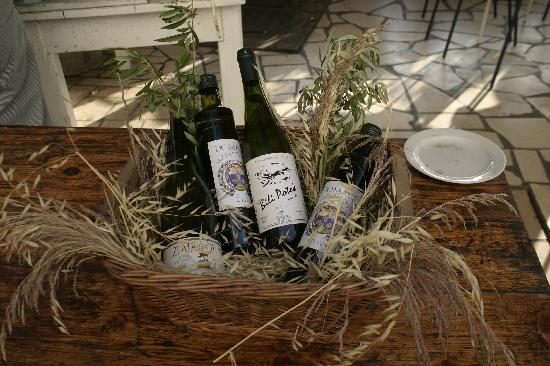 Milna, Croacia: Wein auf der Terrasse
