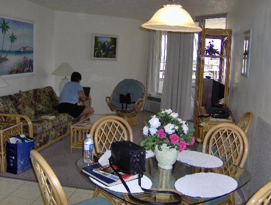 Caloosa Cove Resort & Marina : Living room & dining room