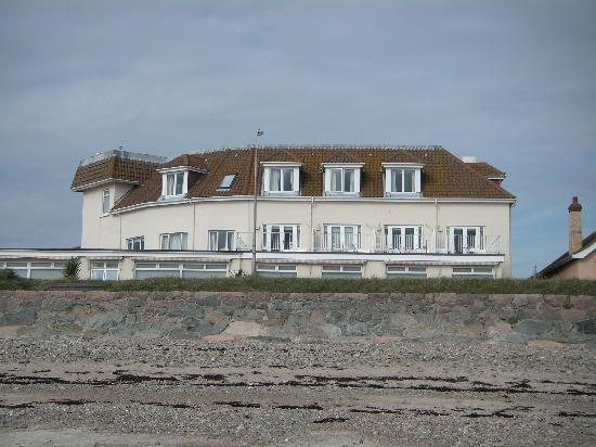 Samares Coast Hotel: View of hotel from the beach outside