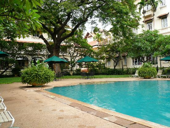 Breakfast picture of raffles hotel le royal phnom penh for Bord de piscine