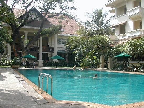Raffles Hotel Le Royal: Au bord de la piscine