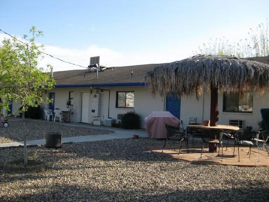 LuLu's Sleep Ezze Motel : back -patio area/grills