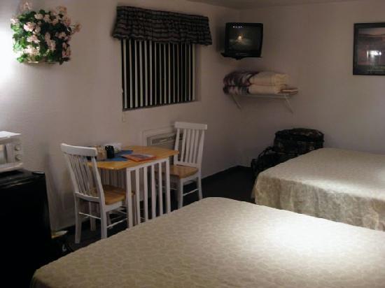 LuLu's Sleep Ezze Motel : Cozy table for Coffee